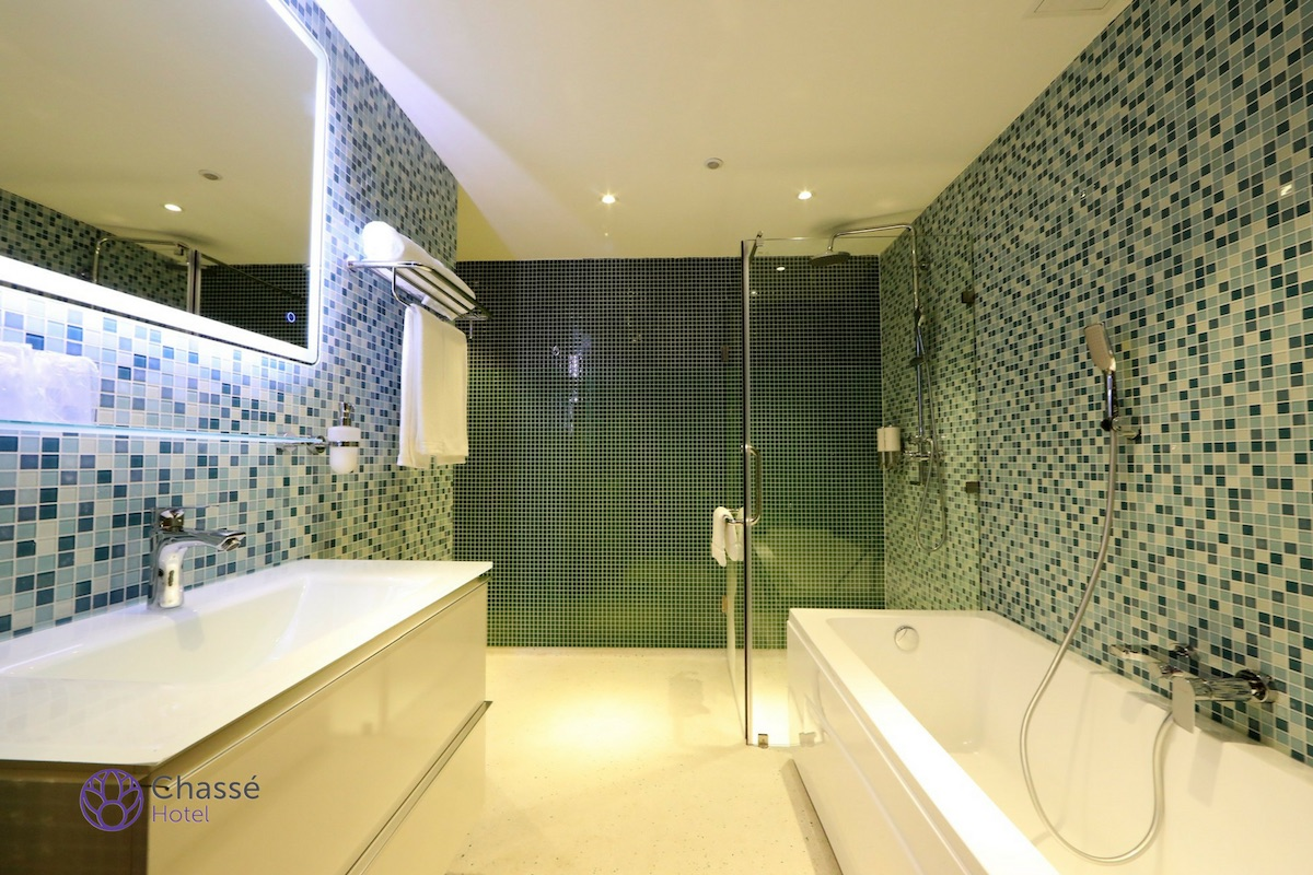 Superior bathroom 2