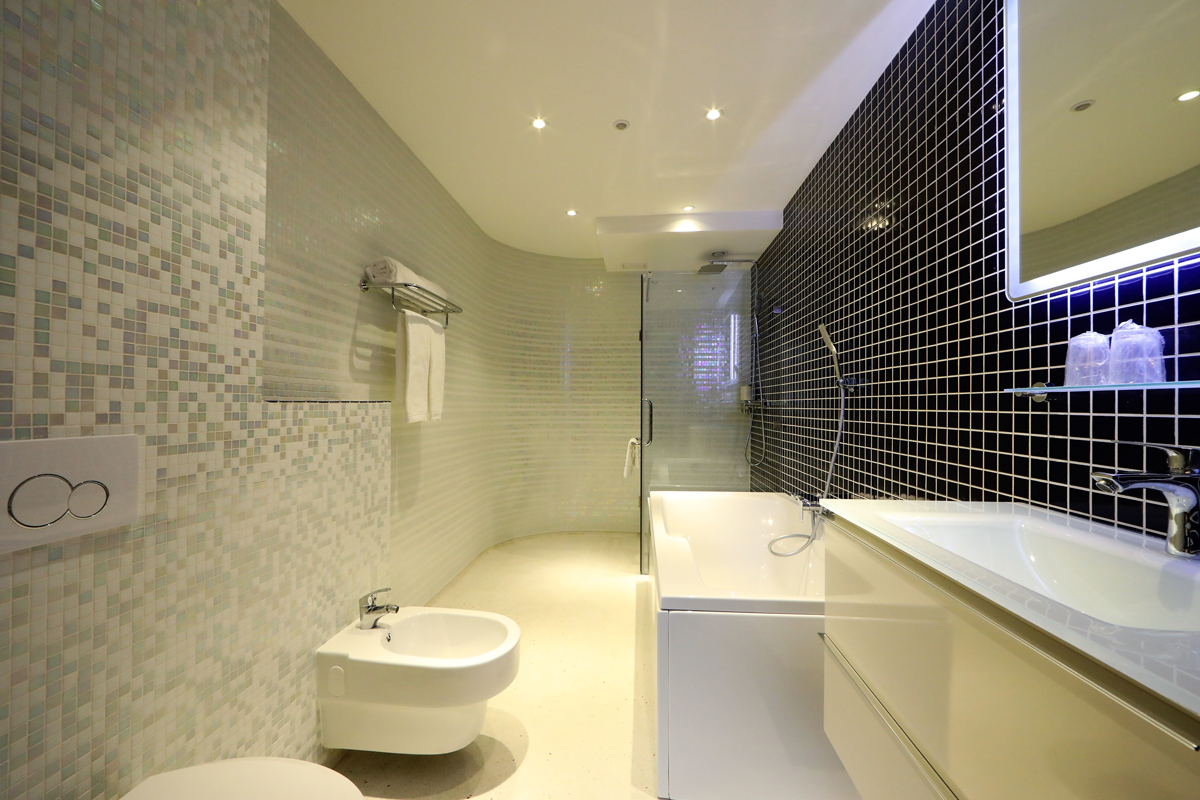 Junior Suite Bathroom with Shower and Bath Chassé Hotel Amsterdam