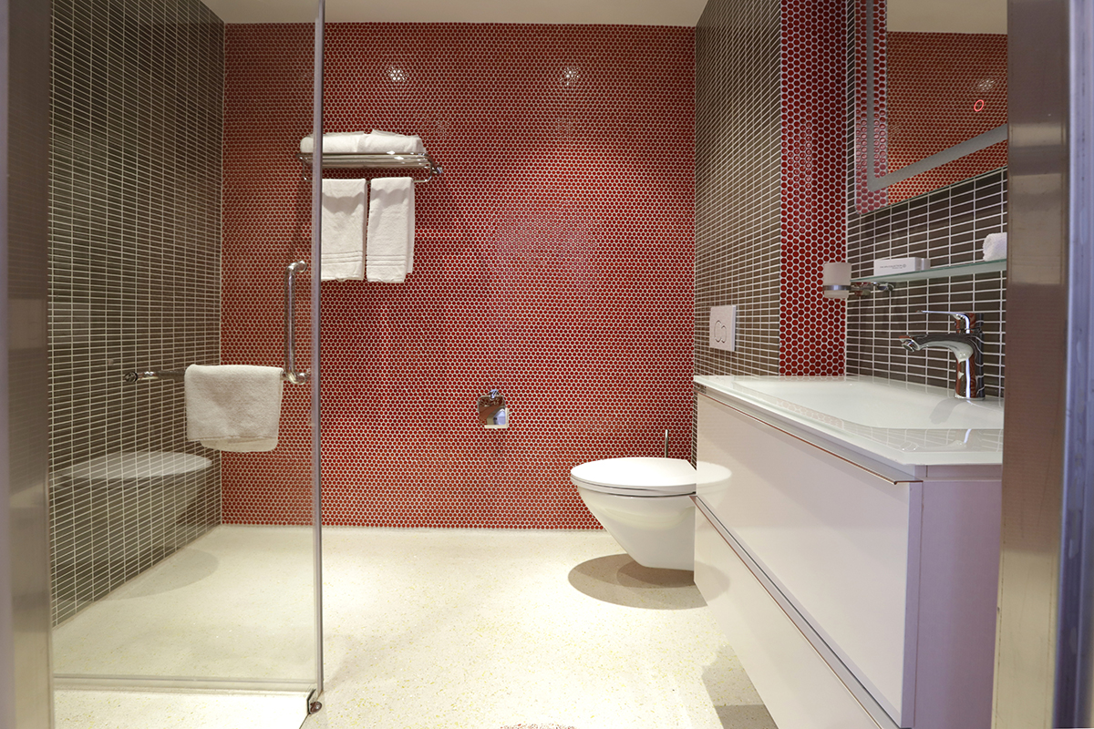 Chasse-Hotel-Amsterdam-Deluxe-Twin-Room-with-Balcony-Bathroom